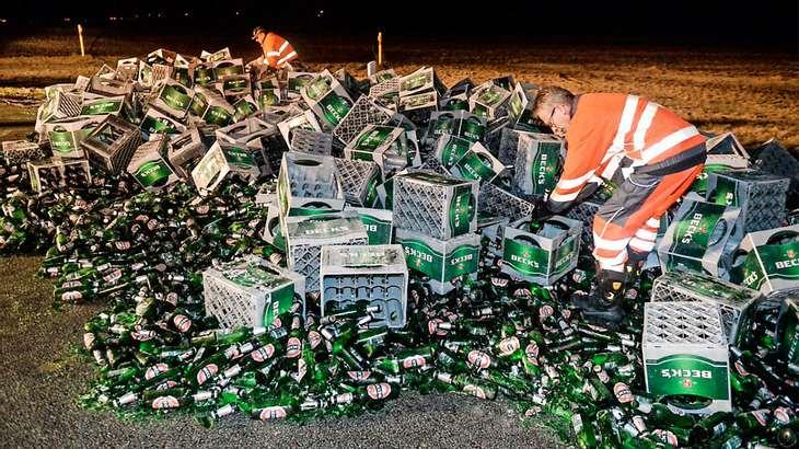 Bier-Unfall auf der B101: 100 Kästen Bier fallen von LKW
