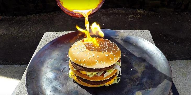 Youtuber Tito4re zeigt, was passiert, wenn man einen Bic Mac mit geschmolzenem Kupfer übergießt