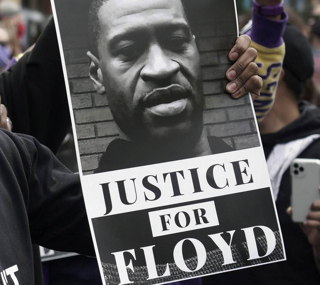 Demonstarnt mit Foto von George Floyd
