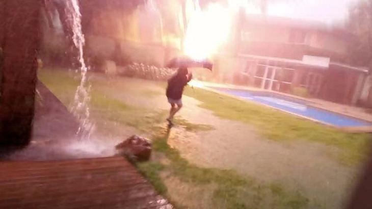 Blitz schlägt neben Jungen ein