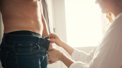 Frau zieht Mann die Hosen aus - Foto: iStock / nd3000