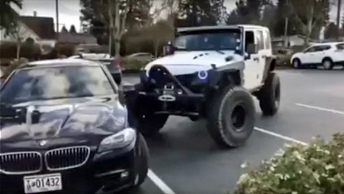 Ein Jeep rammt einen BMW auf einem Parkplatz