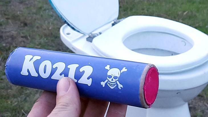 Ein K0212 Polenböller wird in einer Toilette gezündet