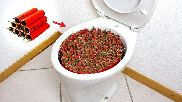 200 Böller explodieren in einer Toilette