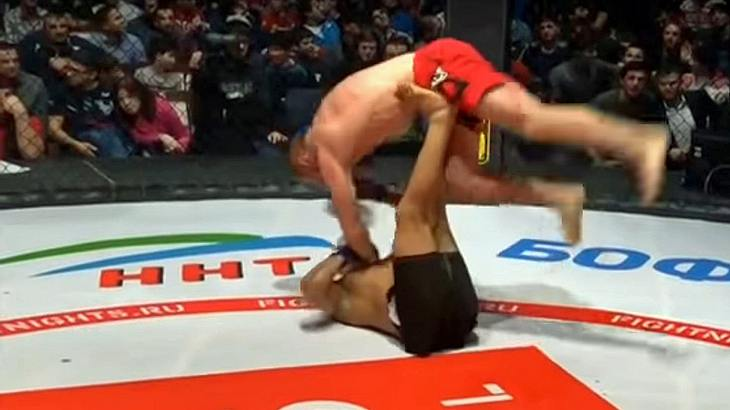 MMA-Fighter Diego Brandao zwingt seinen Gegner mit einem Helicopter-Armbar zur Aufgabe