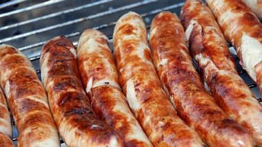 Bratwürste auf einem Grillrost - Foto: iStock / esemelwe