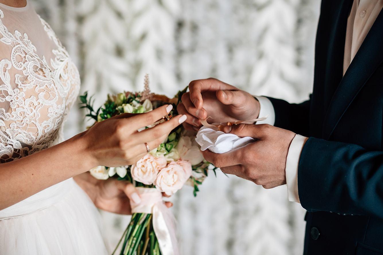 Mann und Frau tauschen Eheringe