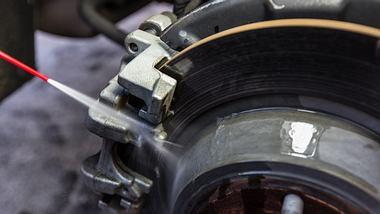 Bremsenreiniger wird auf eine Autobremse gesprüht - Foto: iStock/Jorge Villalba