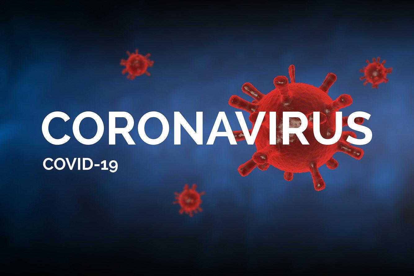 Coronavirus- und COVID-19-Schrift vor blauem Hintergrund mit Virus-Grafiken