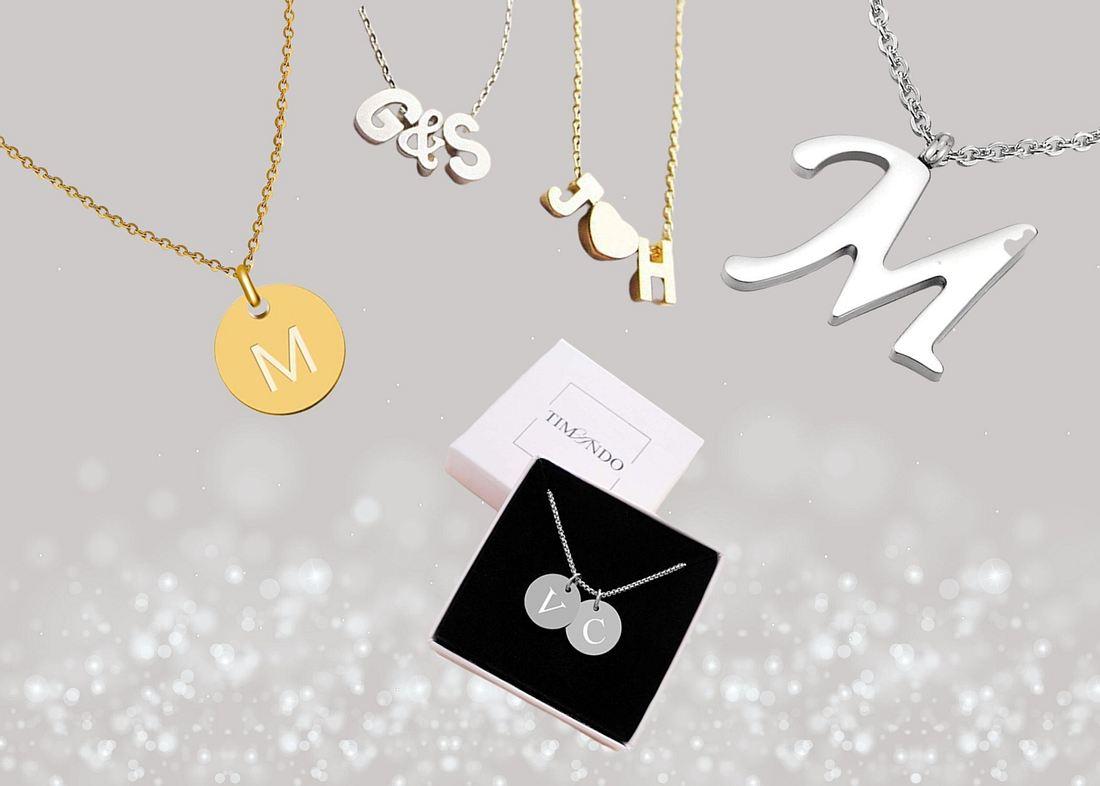 Buchstabenketten in Gold und Silber vor silberfarbenem Hintergrund
