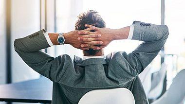 Entspannter Mitarbeiter im Büro - Foto: iStock / PeopleImages