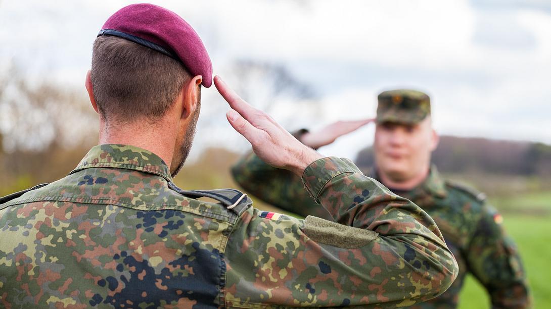 Bundeswehr-Soldaten beim Salutieren - Foto: iStock / huettenhoelscher