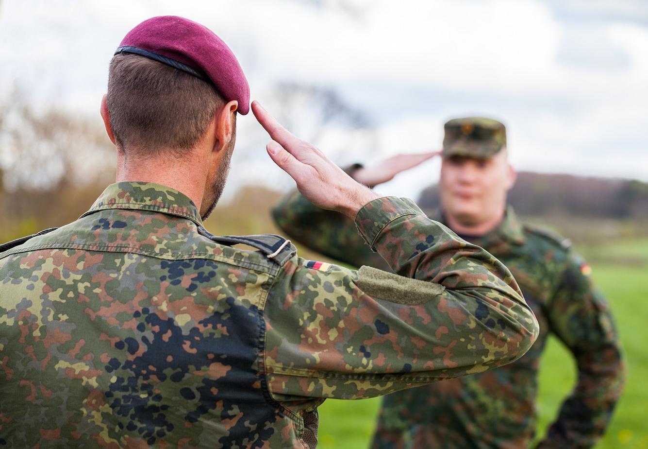 Bundeswehr-Soldaten beim Salutieren