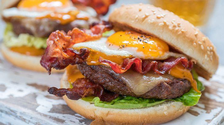 Burger mit Bacon und Spiegelei