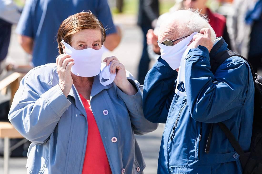 Bürger mit Gesichtsmasken