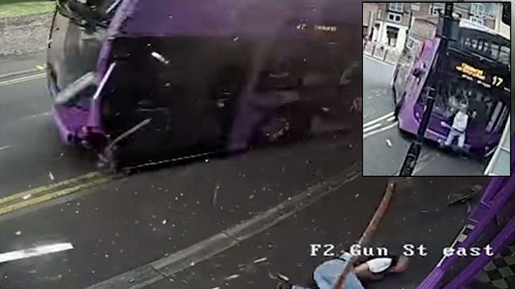 Ein Mann wird von einem Bus erfasst, steht auf und geht in die Kneipe