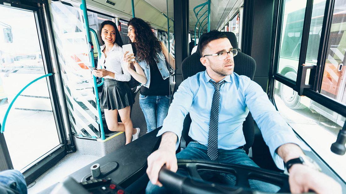 Busfahrer hinterm Steuer