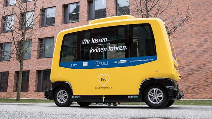 Die Elektrobusse der BVG fahren auf dem Gelände der Charité