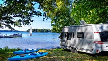 Camping mit dem Wohnmobil - Foto: iStock / ewg3D