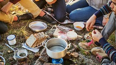 Camping Besteck - Foto: iStock / Morsa Images
