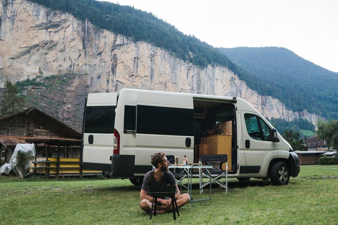 Wohnwagen auf einem Campingplatz.