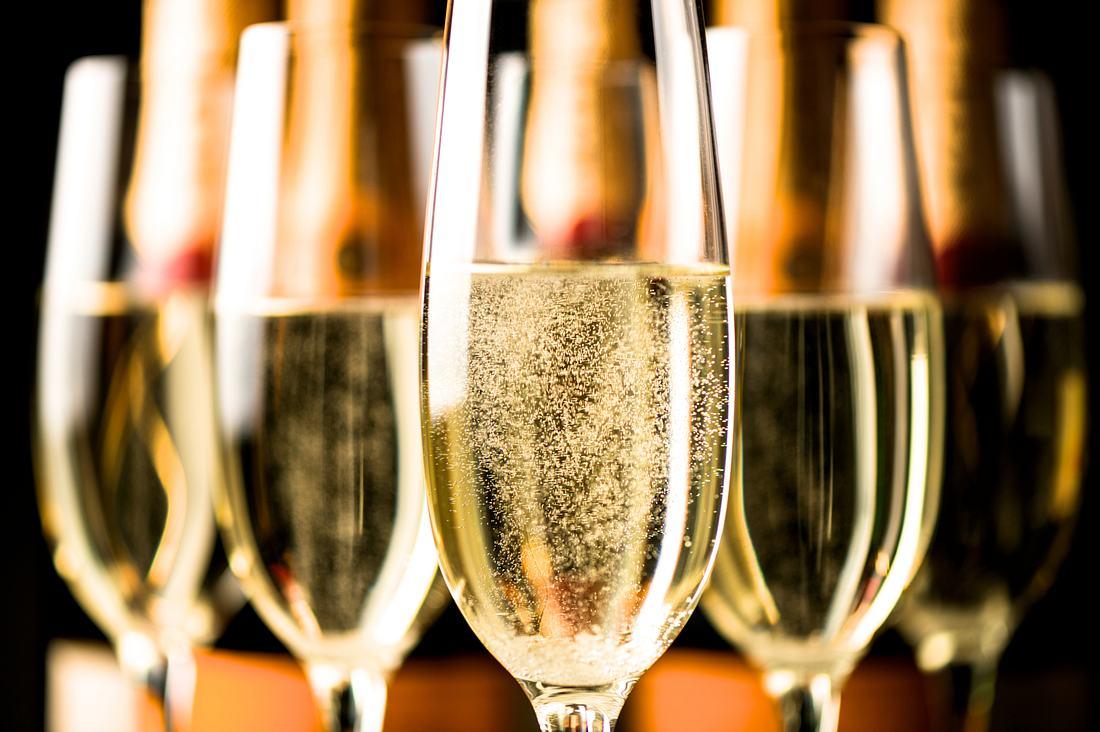 Champagnergläser in Tulpenform gefüllt mit Schaumwein