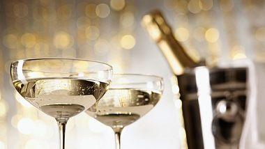 Zwei mit Schaumwein gefüllte Champagnergläser - Foto: iStock/Silberkorn
