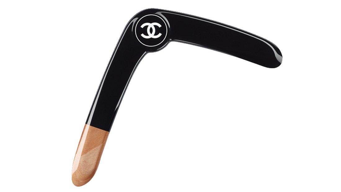 Der Chanel-Bummerang: Das Jagd-Gadget für den Luxus-Neandertaler
