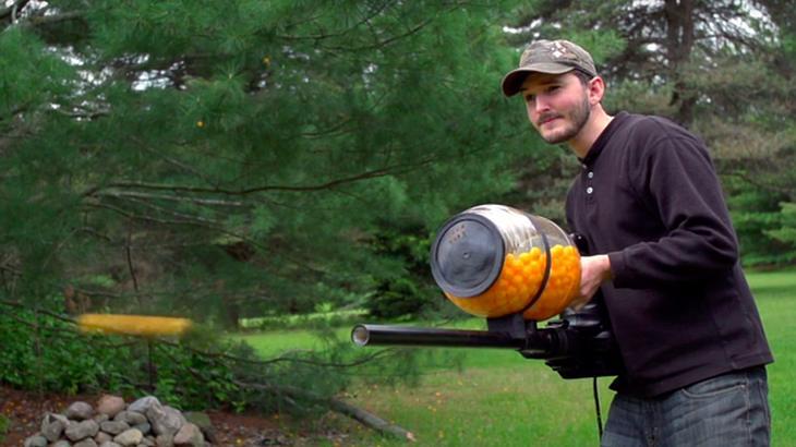 YouTuber NightHawkInLight zeigt, wie man eine Käsebällchen-Kanone aus einem Laubbläser baut