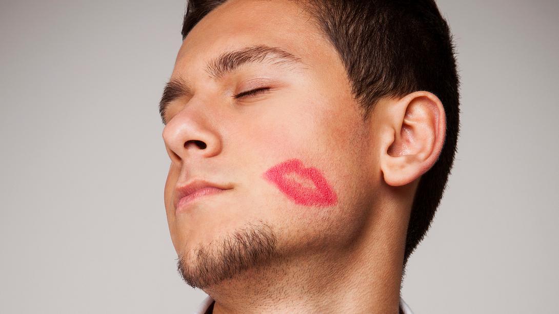Mann mit Lippenstift - Foto: iStock/pepifoto