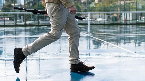 Mann mit Chino Hose für Herren - Foto: iStock/Spiderplay