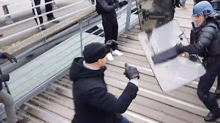 Ex-Boxer prügelt Polizisten nieder - und wird dafür belohnt