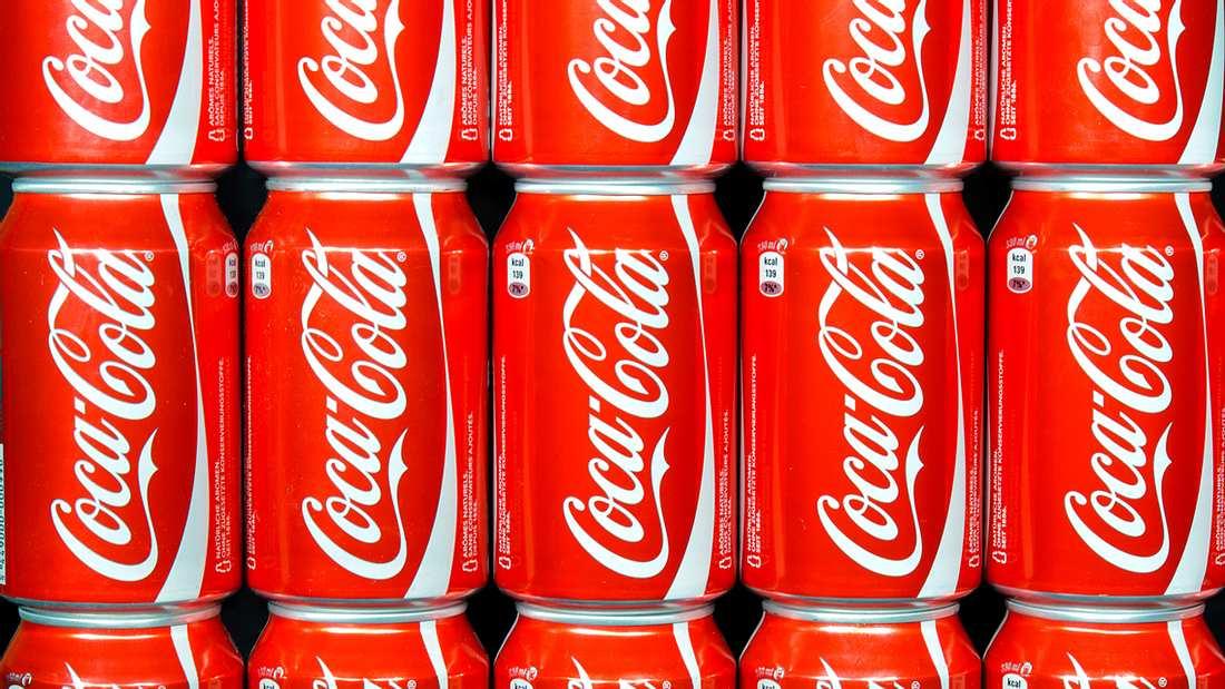 In einer Cola-Fabrik in Irland wurden angeblich menschliche Fäkalien in Coca-Coal-Dosen gefunden