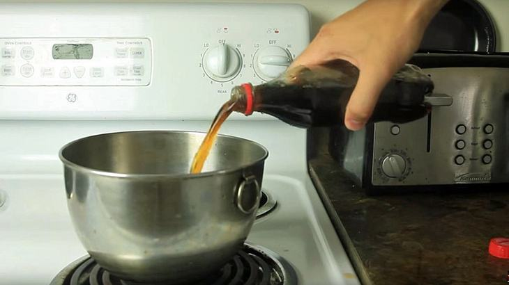 Das passiert, wenn man Cola zum Kochen bringt