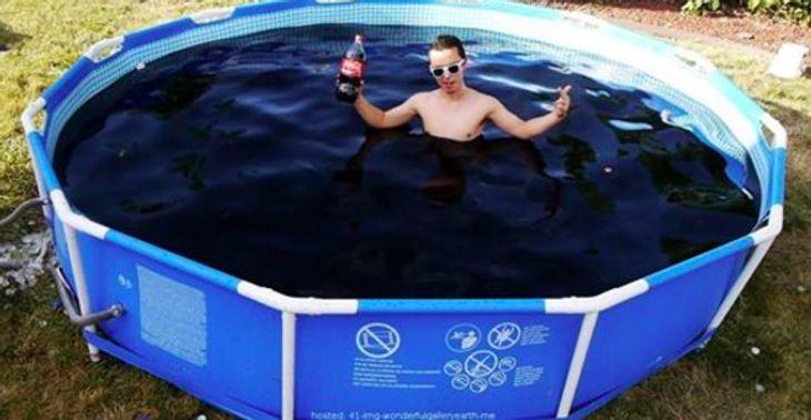 Was passiert, wenn man tausende Menthos in einen mit Cola gefüllten Pool wirft?