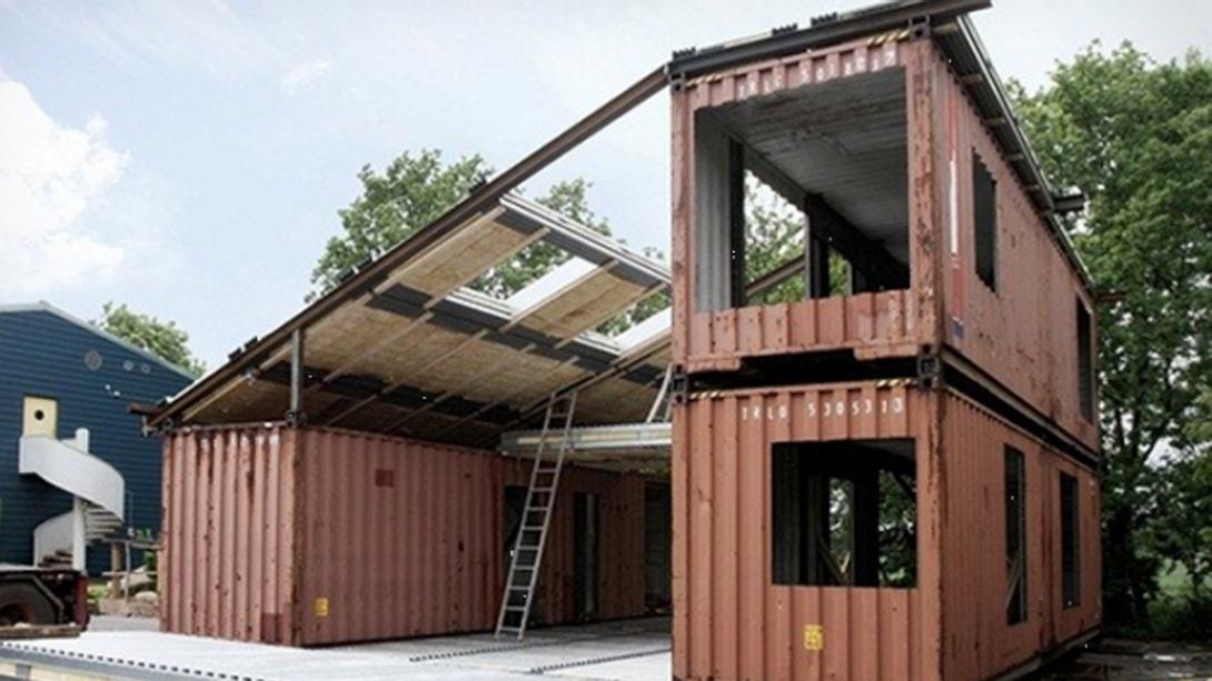 Mann baut aus Containern einen Palast - Foto: via novate.ru