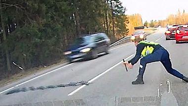 Temposünder rast Landstraße entlang. Übersieht Polizist mit Nagelband