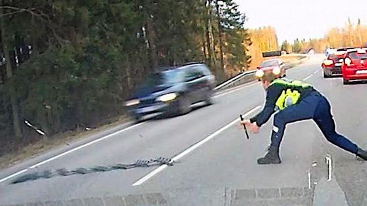 Ein Polizist stoppt einen Raser per Nagelband