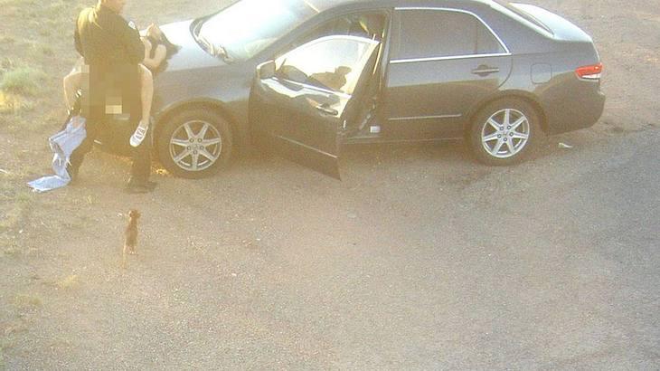 Ein US-Polizist wurde beim Sex mit einer Frau auf der Motorhaube ihres Autos gefilmt