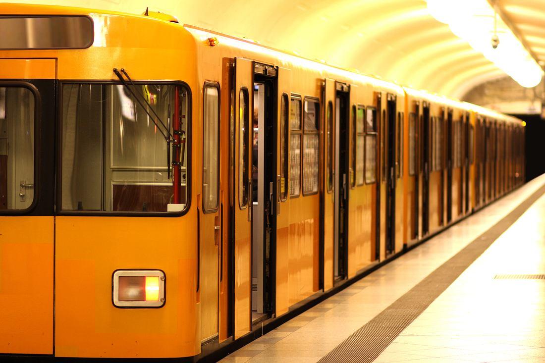 Berliner U-Bahn am Bahngleis