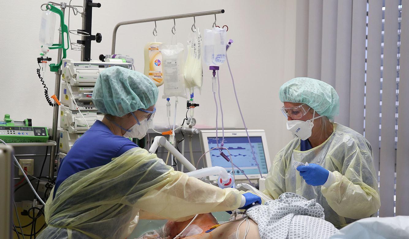 Corona-Patient wird in Krankenhaus behandelt