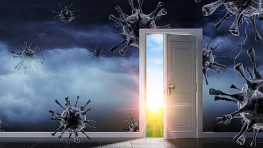 Collage aus Coronaviren und offener Tür mit Sonnenschein - Foto: iStock / RomoloTavani