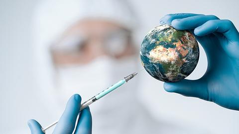 Mann mit Injektionsspritze - Foto: iStock/Nastco