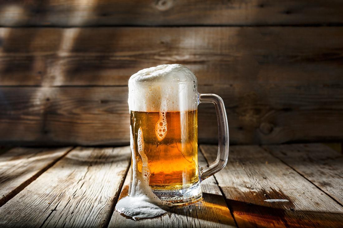 Bierkrug auf Holzdielen