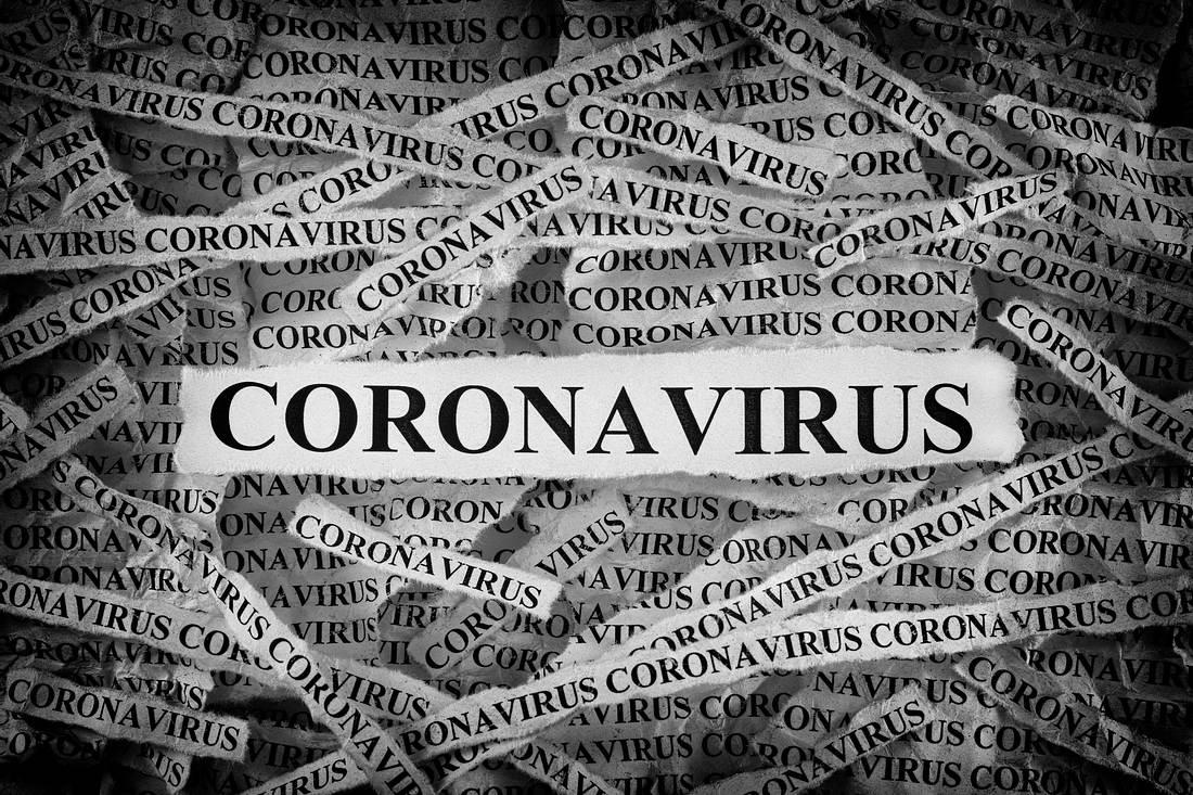 Zeitungsschnipsel mit der Aufschrift Coronavirus