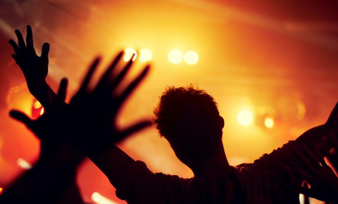 Menschen feiern in Nachtklub