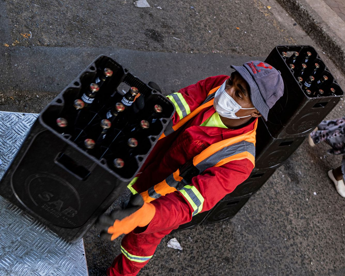 Mann hievt Bierkiste von Ladeluke