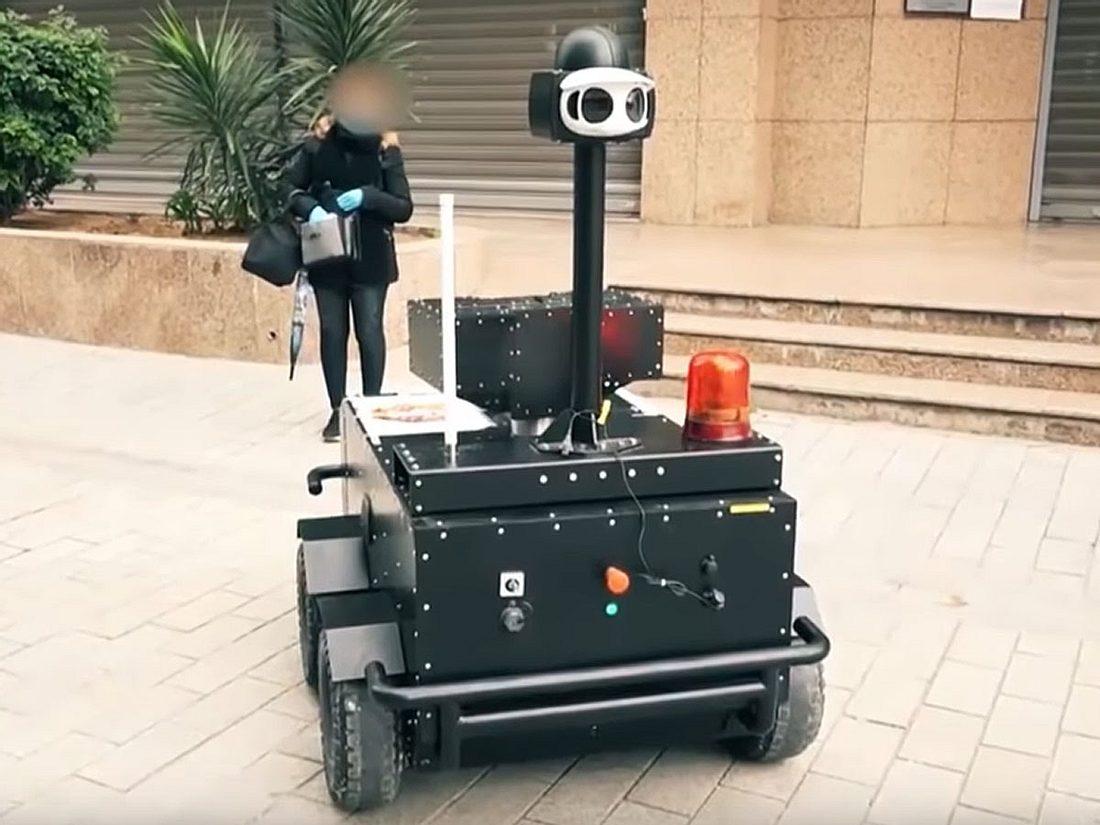 Roboter überprüft Passantin