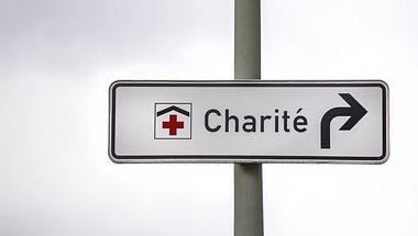 Straßenschild mit Richtungsanweisung zur Berliner Charité - Foto: iStock / Teka77