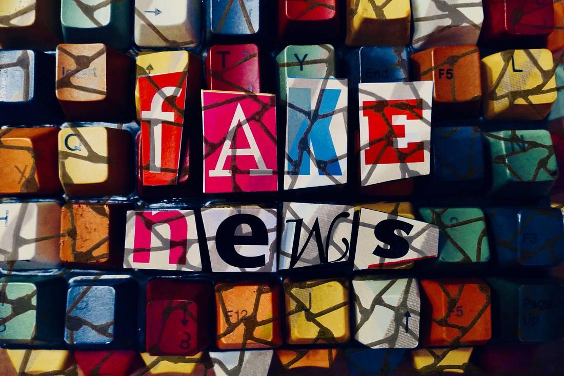 Bunte Tastatur mit der Aufschrift Fake News